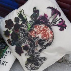 Μαξιλάρι με Νεκροκεφαλές & Λουλούδια